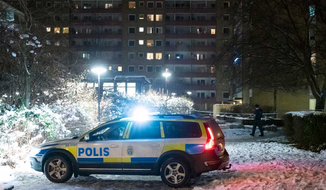 Polis och avspärrningar mellan Ramels väg och Vänskapsparken på Rosengård i Malmö efter att en man skjutits i låret på julafton. Polisen rubricerar händelsen som mordförsök.
