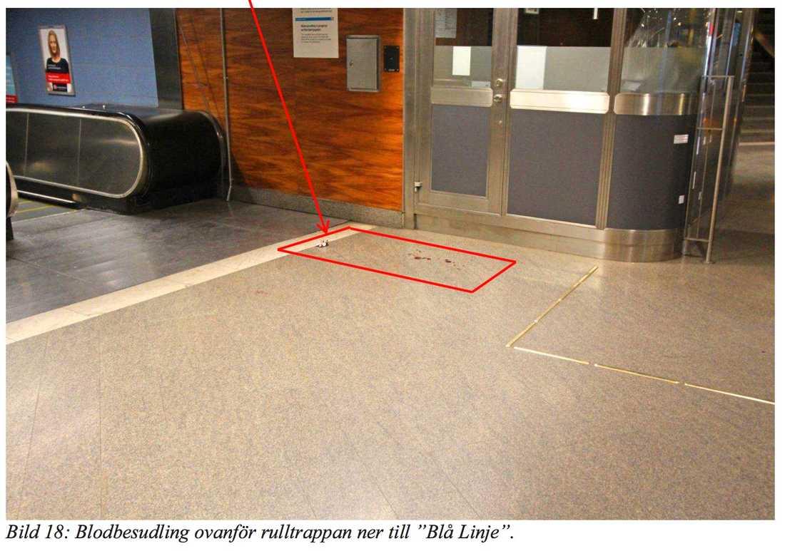 Blodspår vid rulltrappan.