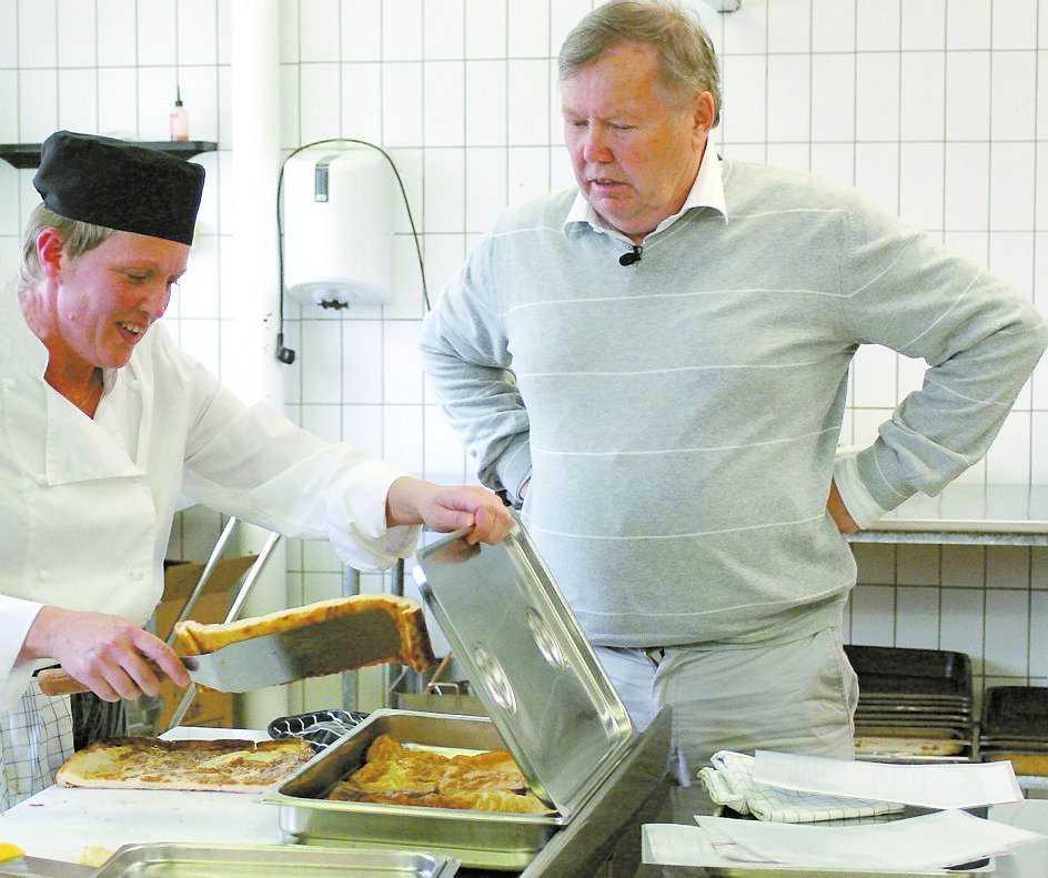 """Bert Karlsson krävde att kommunerna köpte in bättre råvaror i """"Matakuten"""". Här övervakar han köket på Perslundaskolan i Ockelbo."""