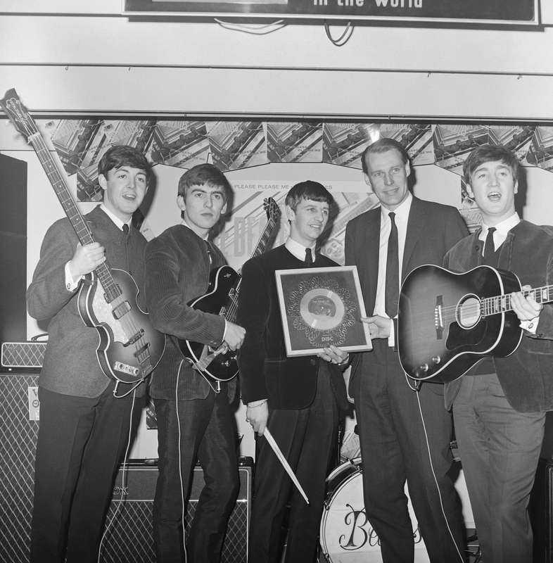 Producenten George Martin (tvåa från höger) med Beatles 1963. I år firar Liverpoolgruppen 50-årsjubileum som skivartister.