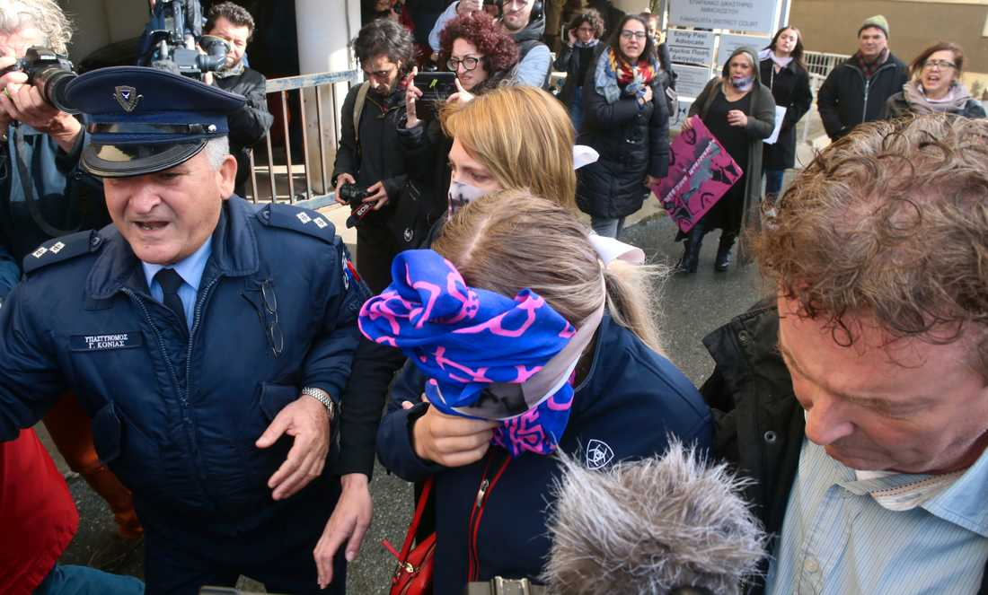 Den unga kvinnan, som på bilden syns lämna domstolen i Famagusta, riskerar uppemot ett års fängelse efter domen. Arkivbild.