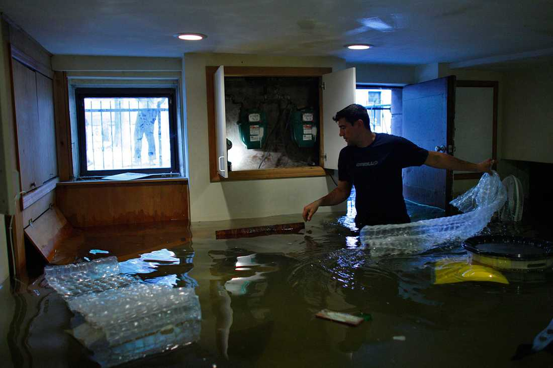 Hoboken, New Jersey: Andre Kozlov undersöker sin vattenfyllda källare.