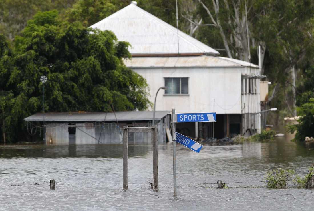OMRINGADE AV VATTEN Värden för miljontals kronor har förstörts i den stora översvämningen i Queensland.