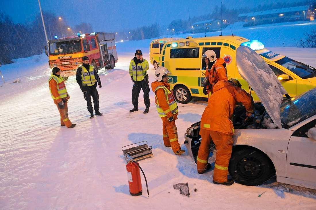 Oxelösund Bilföraren fick inte stopp utan gled rakt in i en buss. En person fördes till sjukhus.Foto: PONTUS STENBERG