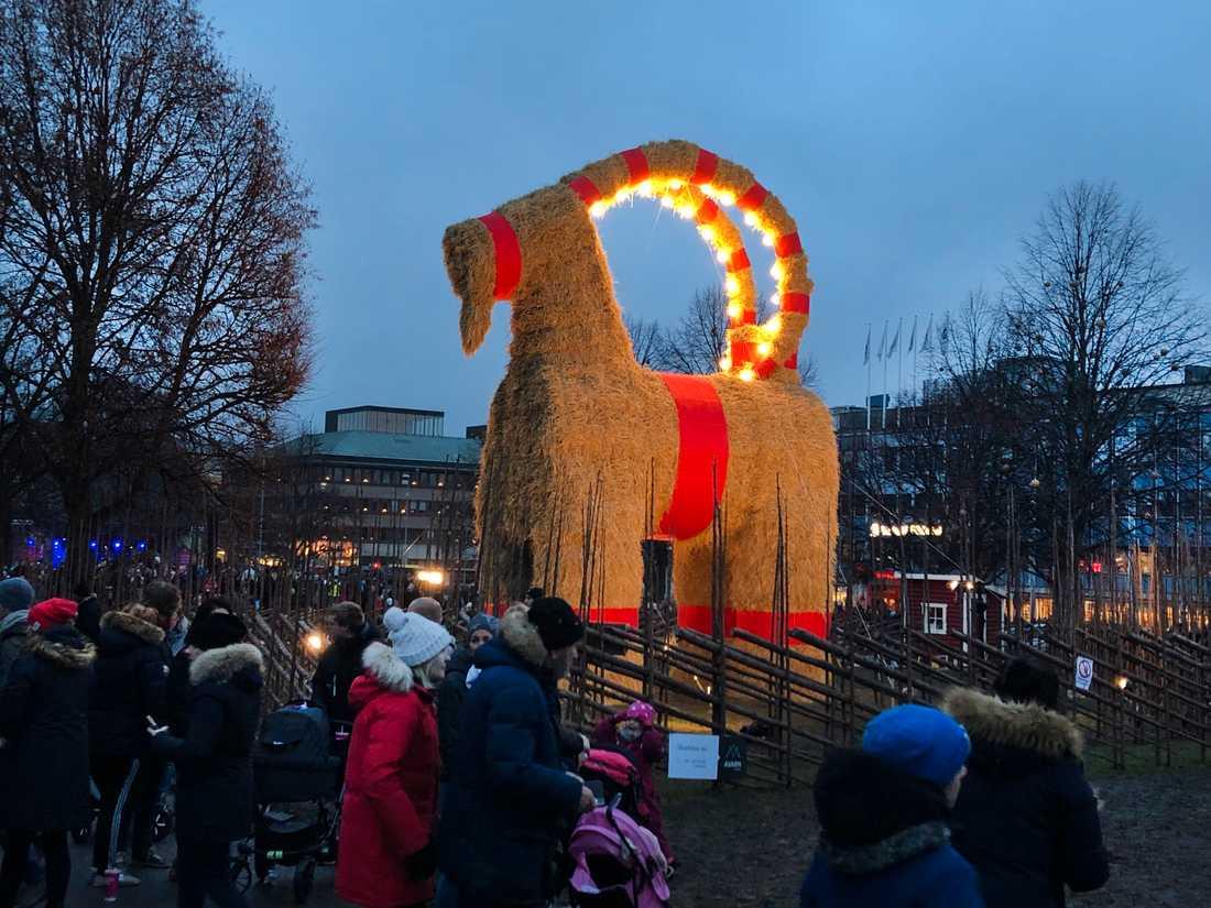 """""""Julen börjar ju i Gävle, am I right?"""", sade Clara Henry vid invigningen av Gävlebocken."""
