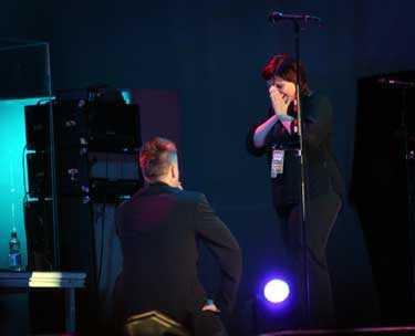 ... mitt under konserten bad han sin flickvän Helena att gifta sig med honom...