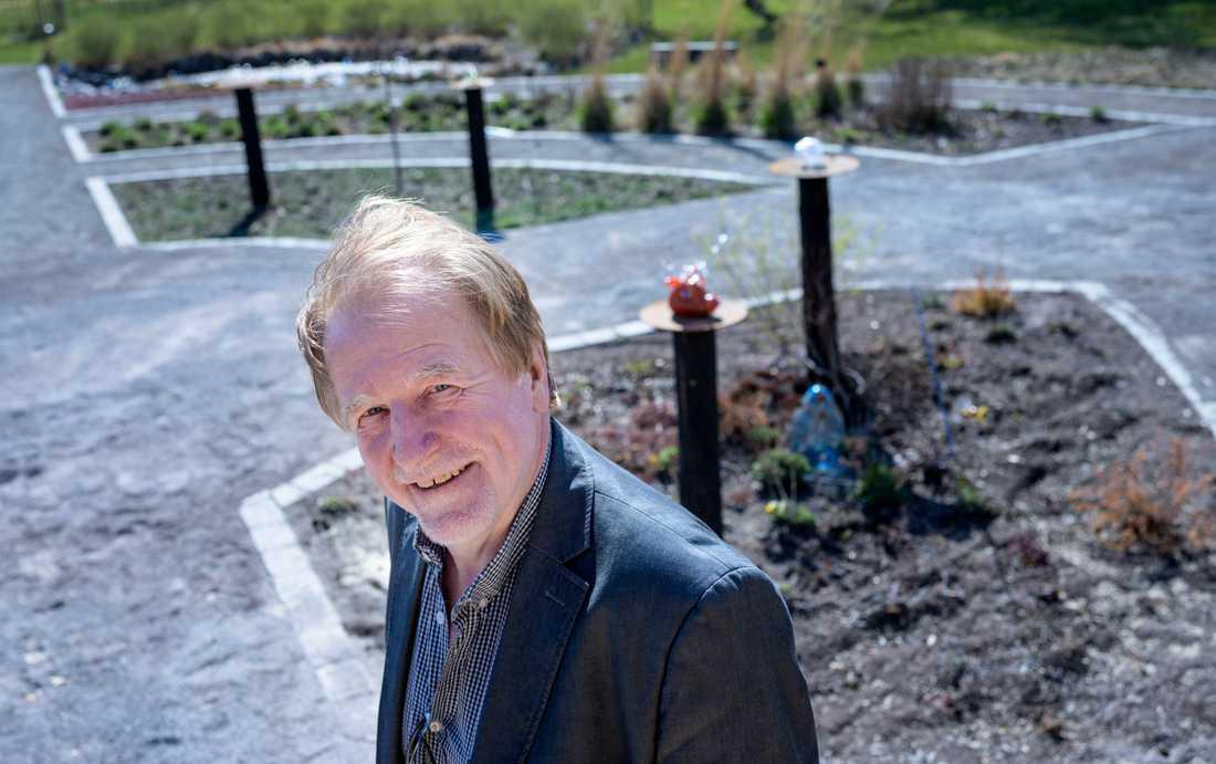 William Hogland, professor i miljö- och ekoteknik vid Linnéuniversitetet, i fytoparken i Orrefors.