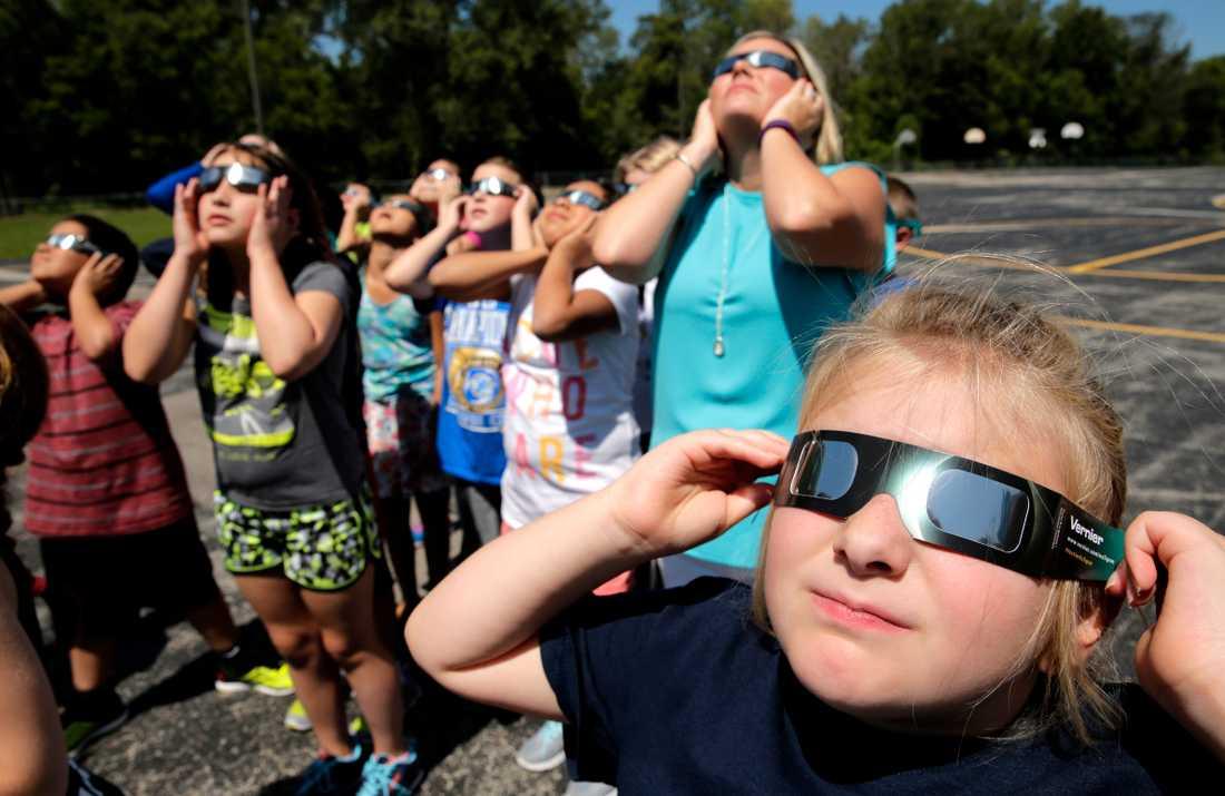 En grundskoleklass förbereder sig inför solförmörkelsen.