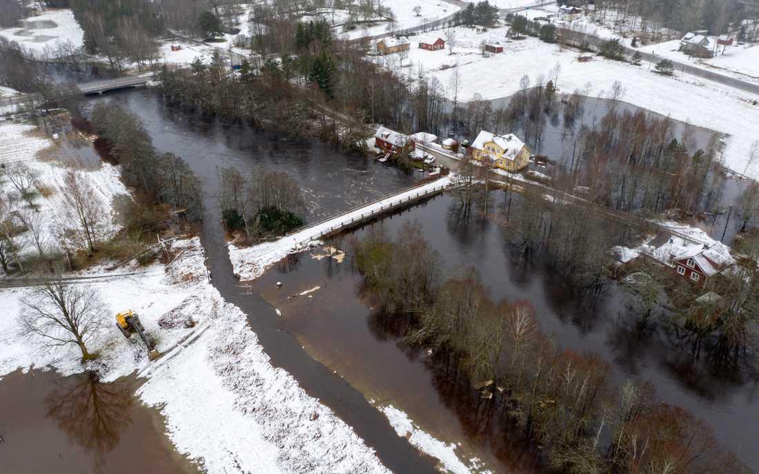 I Hamneda söder om Ljungby har man grävt av vägen till stenvalvsbron vid kyrkan för att vattnet skall kunna flöda lättare förbi.