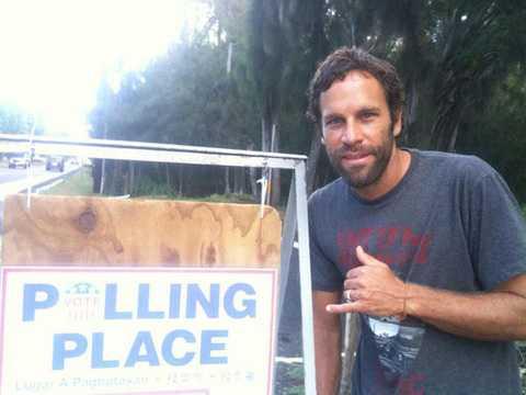 Artisten och surfaren Jack Johnson röstade – och gjorde surftecken.