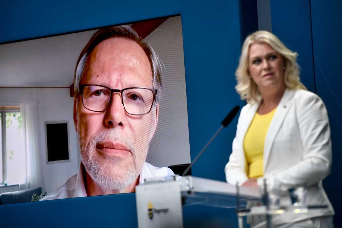 Socialminister Lena Hallengren (S) håller en pressträff för att presentera coronakommissionen. Kommissionens ordförande Mats Melin deltar via länk.