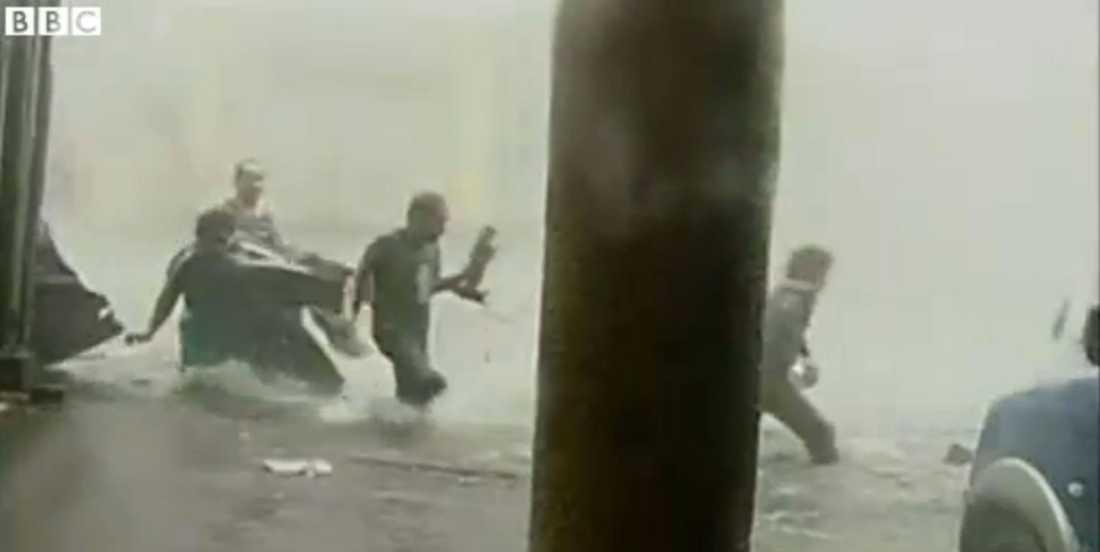Invånare i Tacloban kämpar mot vattenmassorna.