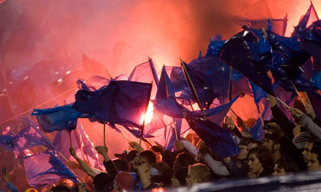Förbjuden eld  AIK-fans tänder bengaliska eldar under ett derby mellan Djurgården och AIK i allsvenskan 2008. Foto: Sören Andersson/SCANPIX