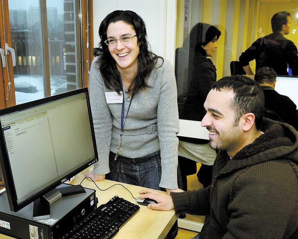 """LETAR JOBB """"Jobbtorg"""" i Farsta hjälper arbetslösa invandrare ut på arbetsmarknaden. Karin Skoglund och Akeel Almeraby vid datorn."""