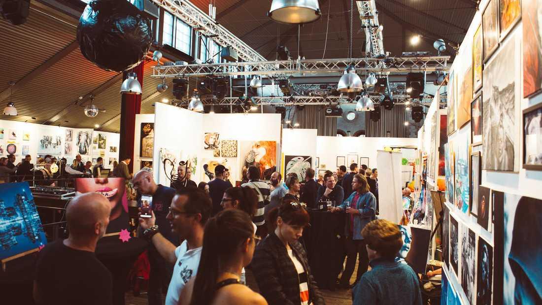 Konstfesten i Saluhallen lockar hundratals konstnärer och tusentals besökare.