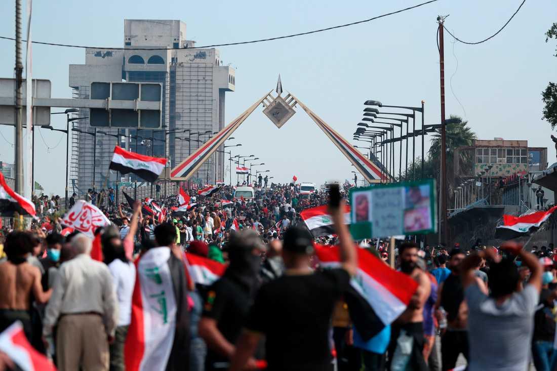Demonstranter marscherar i riktning mot regeringskvarteren i gröna zonen i Bagdad.