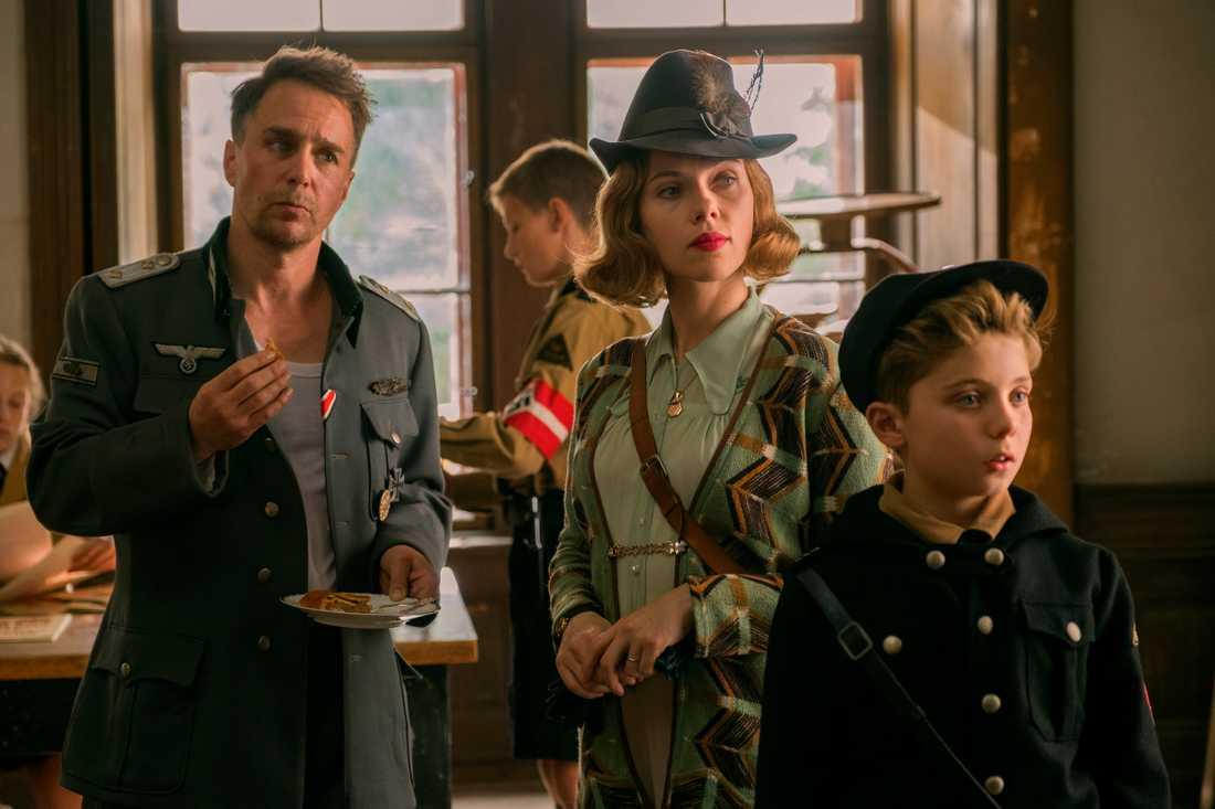 """Scarlett Johansson är dubbelt aktuell på Stockholms filmfestival. Dels i öppningsfilmen """"A marriage story"""", dels i avslutningsfilmen, """"Jojo Rabbit"""", här med Sam Rockwell till vänster. Pressbild."""