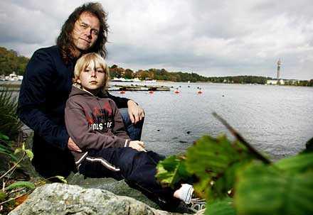 """""""VANLIGARE MED VÄRMEBÖLJOR"""" Tv-meteorologen Pär Holmberg uppmanar folk att ta klimatförändringarna på allvar. """"Det går inte att jämföra pengar med miljön. Vi har bara en planet och den måste vara i balans. Annars har vi ingenting."""" Sonen Niclas, 9, har lärt sig sopsortera - och cyklar till skolan."""