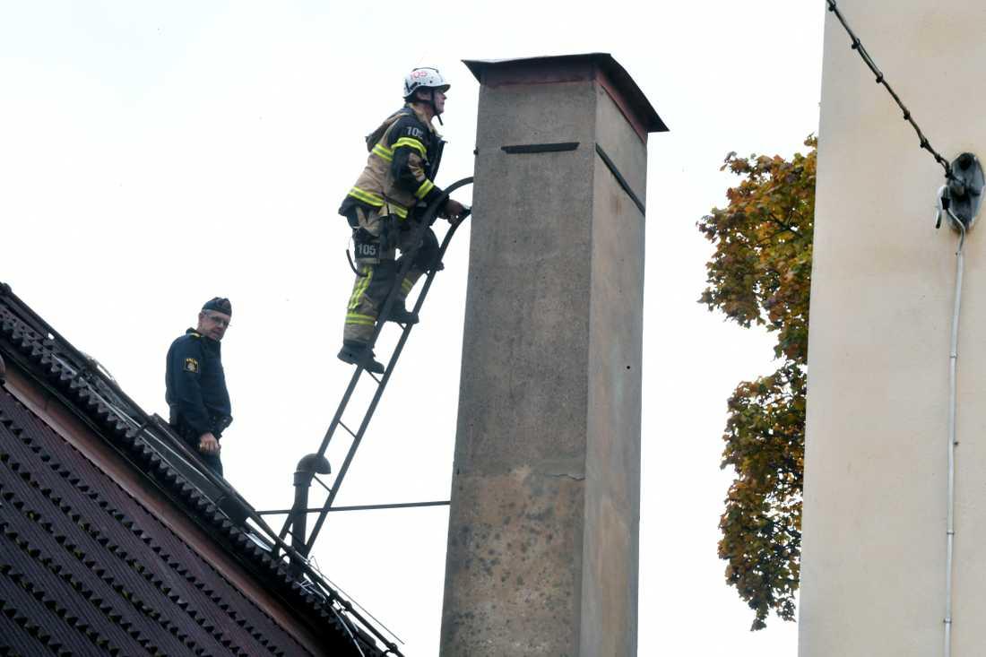 Räddningstjänsten larmades om en kvinna som satt fast i en skorsten i Södertälje.
