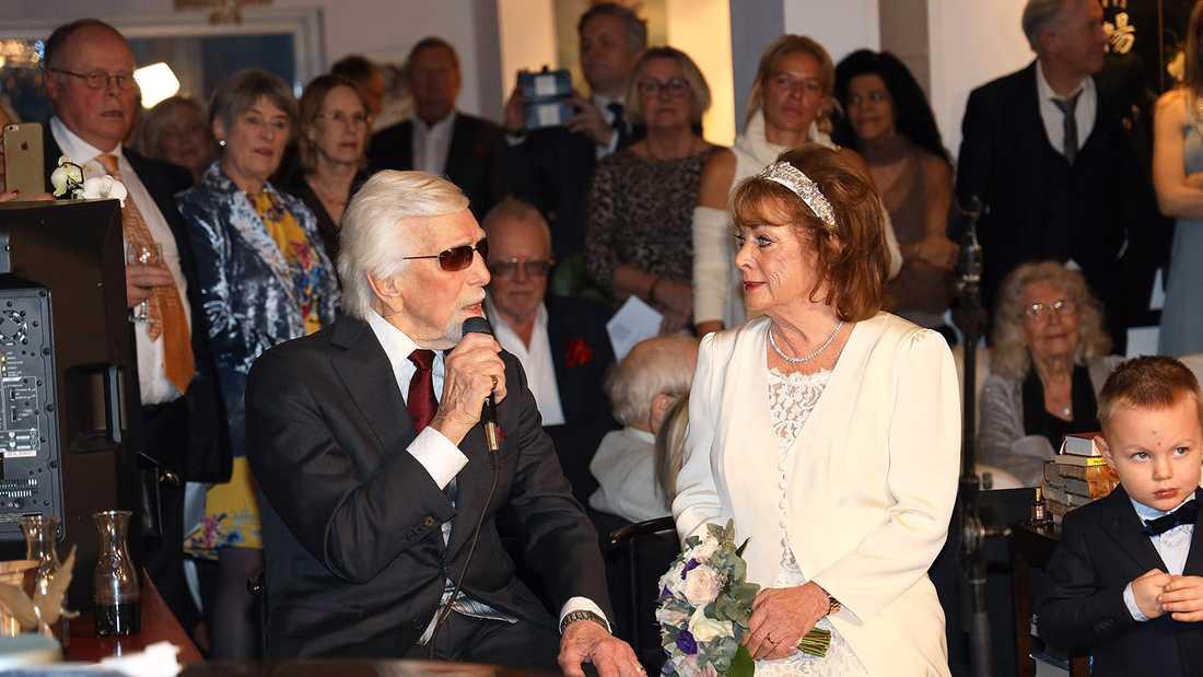 """Owe framförde """"Brudvals till Berit"""" som han själv skrivit dagen före bröllopet."""