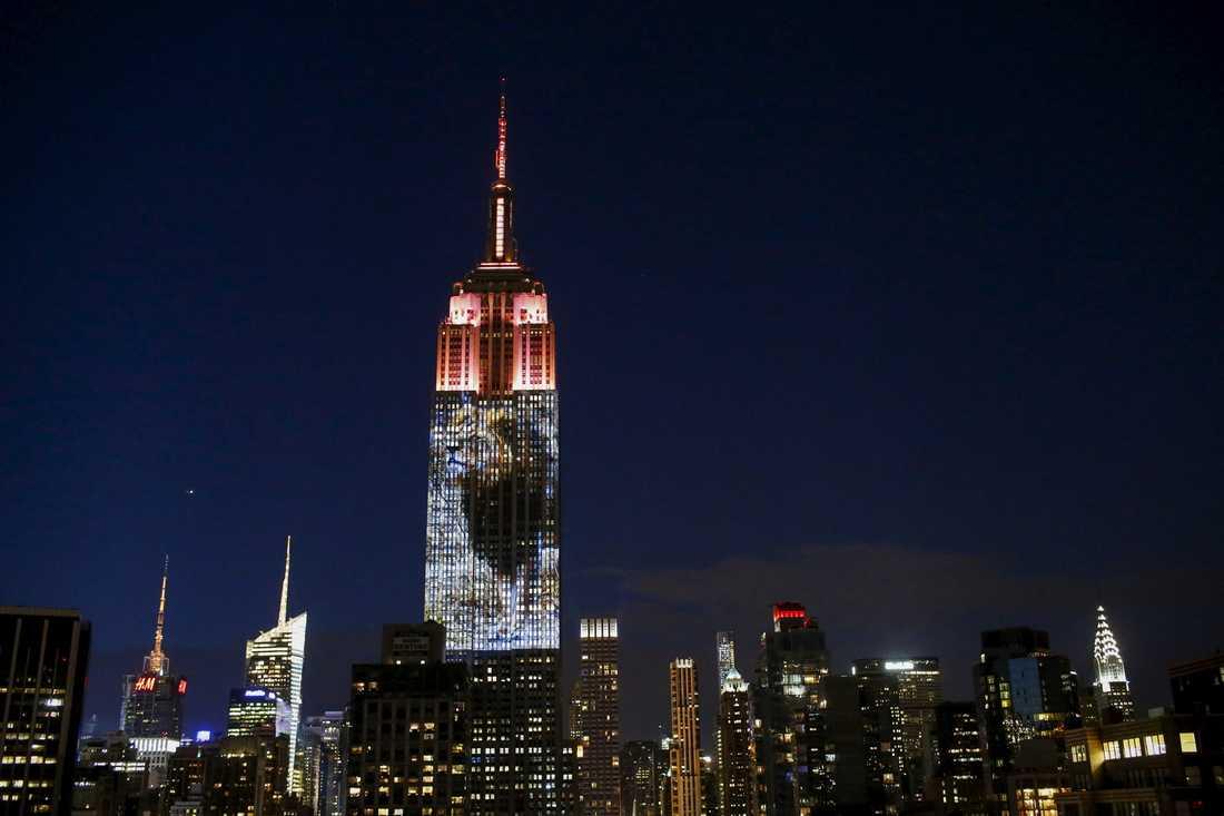 Empire State Building i New York pryddes av en stor projektion av Cecil.
