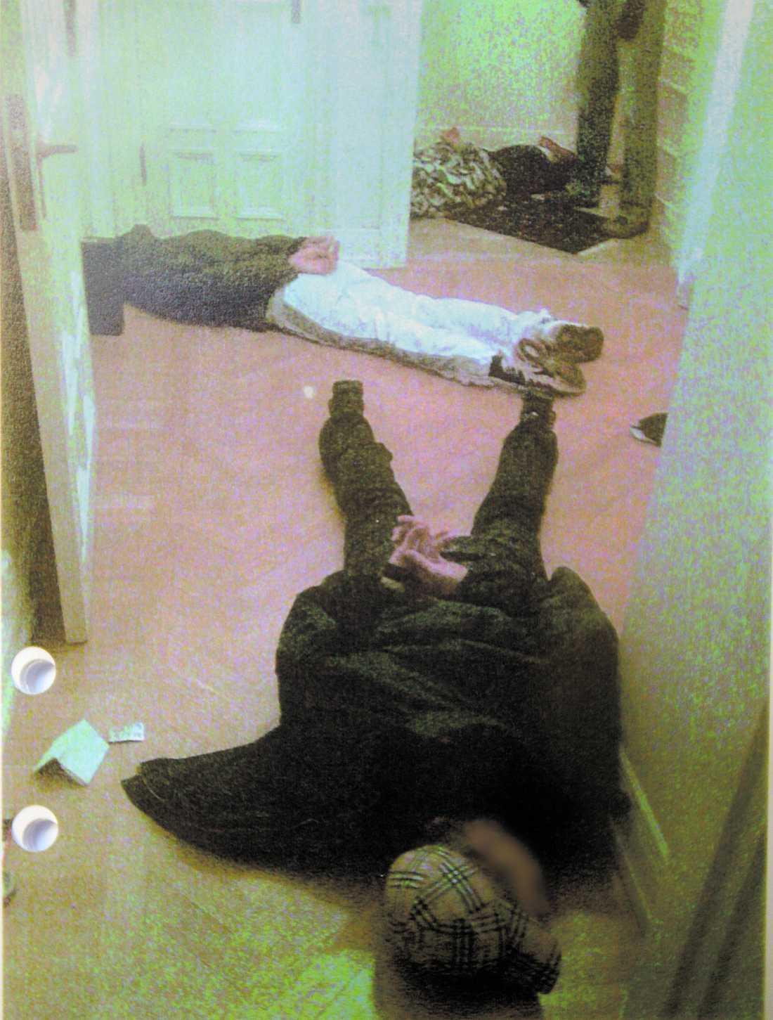 SKULLE HÄMTA PENGAR Fyra av de fem åtalade männen åkte till företagarnas kontor i Stockholm för att hämta utpressningspengarna den 19 december. Där väntade polisen med handbojor. Här ligger tre av de åtalade – 26, 25 och 21 år gamla – handbojade. Den fjärde, 22-åringen, greps i trapphuset. Den femte åtalade mannen greps först den 24 januari.