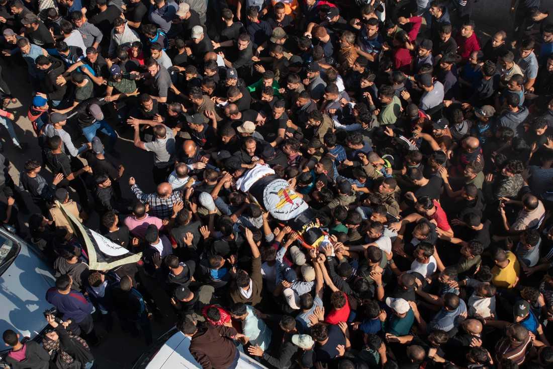 Palestinier gick ut på gatorna och bar fram den dödade islamistledarens kropp efter lufträden mot dennes hem.