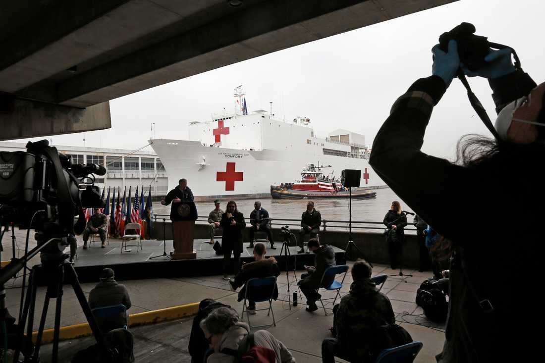 Vårdfartyget – del av den federala hjälpen till New York – mötte ett stort medieuppbåd.