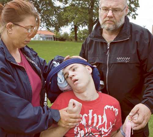FÖRAREN HADE 2,8 PROMILLE. Trafikskadade Andreas Olsson, 16, tillsammans med styvmor Lotta Gauffin och pappa Stefan Gauffin. Andreas skadades svårt i en bilolycka där föraren var berusad. Mannen står åtalad och rättegång är 2 oktober.
