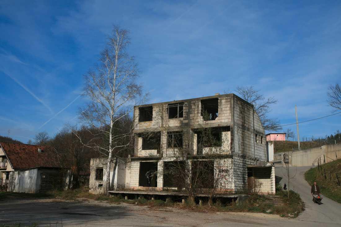 Vägen till Srebrenica är kantad av ruiner. Ibland brändes husen medan människorna var kvar i dem