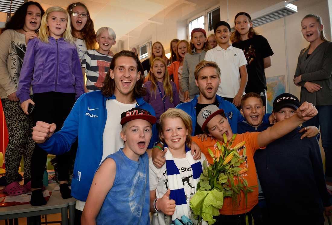 Hela klassen i Norrköping var med när Elias Arvidsson fick veta att han är Svenska Hjältars Barnhjälte 2015!