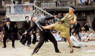 """matrix-liknande Slagsmålsscenerna i """"Kung fu hustle"""" har koreograferats av Yuen Wo Ping, som gjorde koreografin till Matrix-filmerna. Skillnaden är att Stephen Chow har skruvat allt några extra varv."""