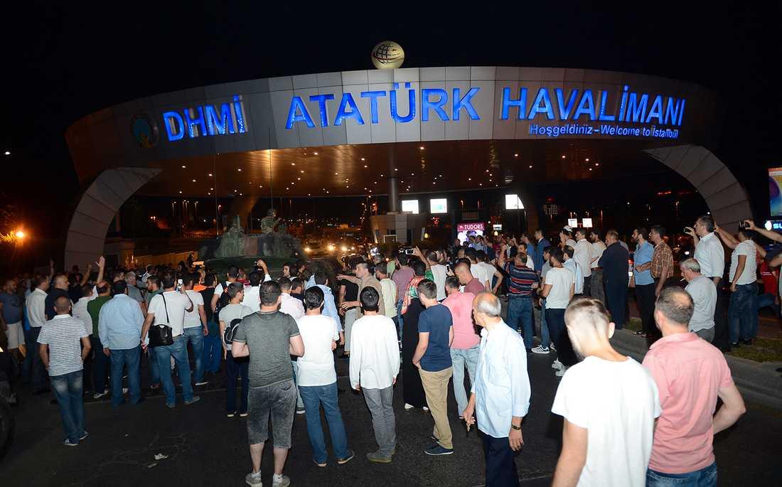 Turkiska medborgare har samlats på flera platser i landet, bland annat vid Istanbuls flygplats Ataturk för att protestera mot militärkuppen.