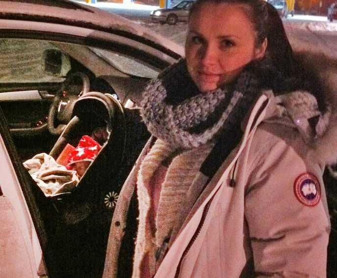 Dina Masic, ettårige Axel och pojkvännen Thomas Eriksson satt fast i två och en halv timme på E4.
