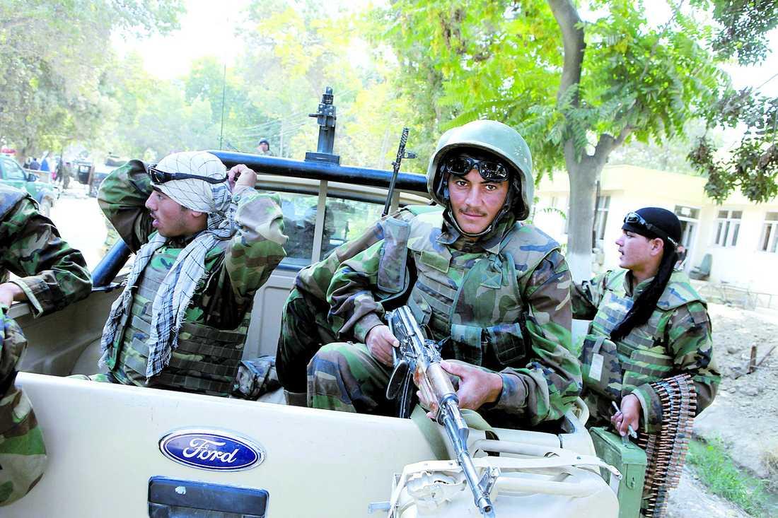 INGET PANSARSKYDD En afghansk soldat i Mazar-e-Sharif väntar på avfärd för patrull