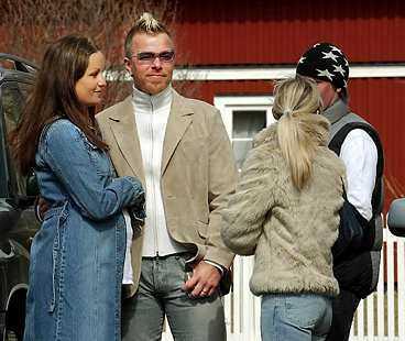 Arvingarnas Casper Jarnebring med fru Helena tittade på, tillsammans med massvis av nyfikna Årebor.