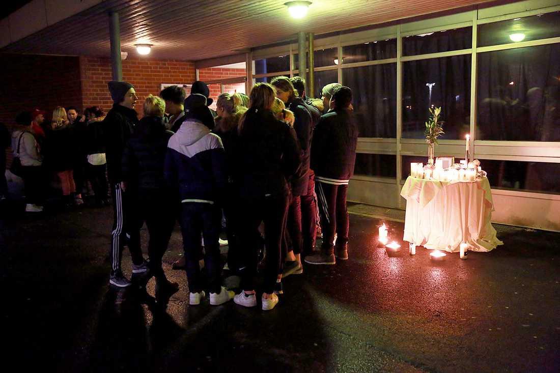Elever på skolan i Broby hyllar den döde 15-åringen. Han höggs ner under ett bråk med en 14-åring och avled senare på sjukhus.