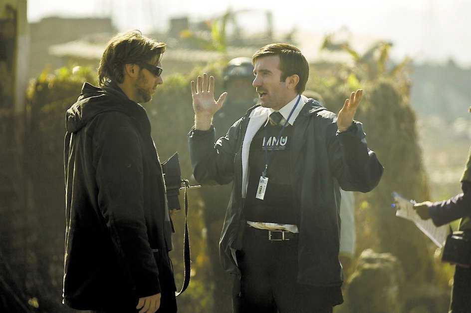 """Regissören Neill Blomkamp och Sharlto Copley under inspelningen av """"District 9""""."""