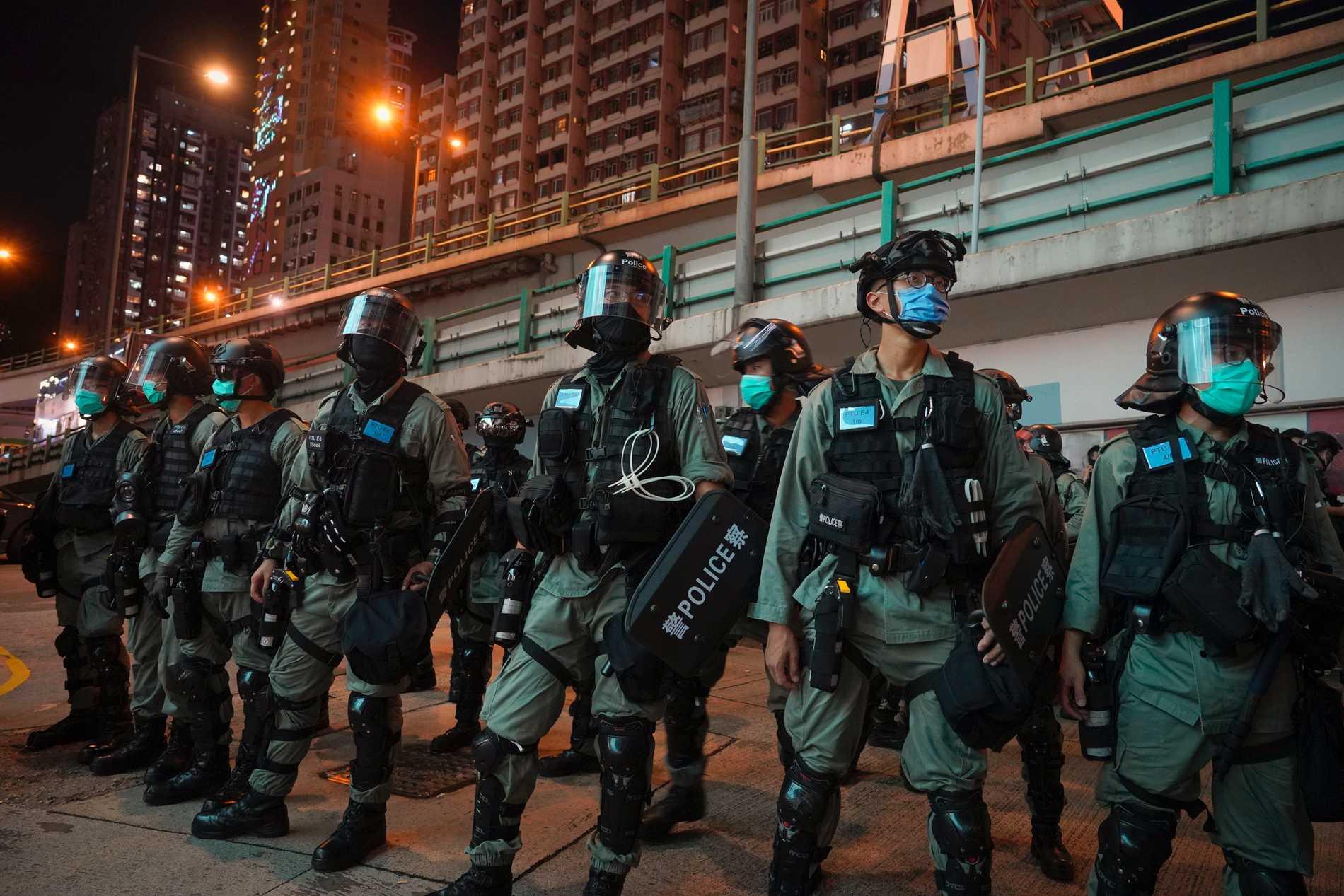 Kravallpolis på vakt efter att ha tryckt tillbaka demonstranter under onsdagens protester mot den nya säkerhetslagen för Hongkong, som kritiker befarar innebär slutet på områdets särskilda status.