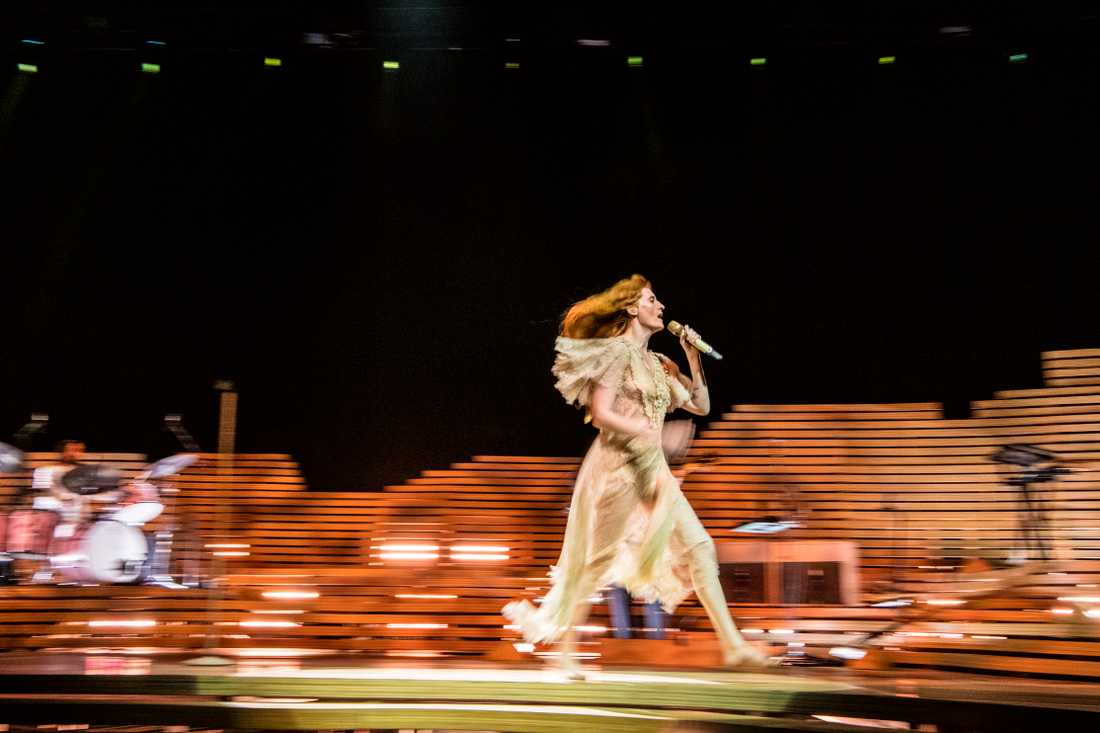 Florence Welch rusar mellan både scenkanter och ytterligheter under sin första Globen-show med Florence And The Machine.