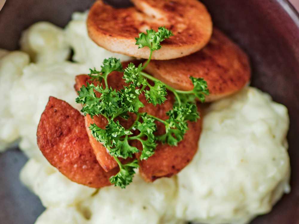 Servera stekt falukorv med härligt krämig, stuvad blomkål.
