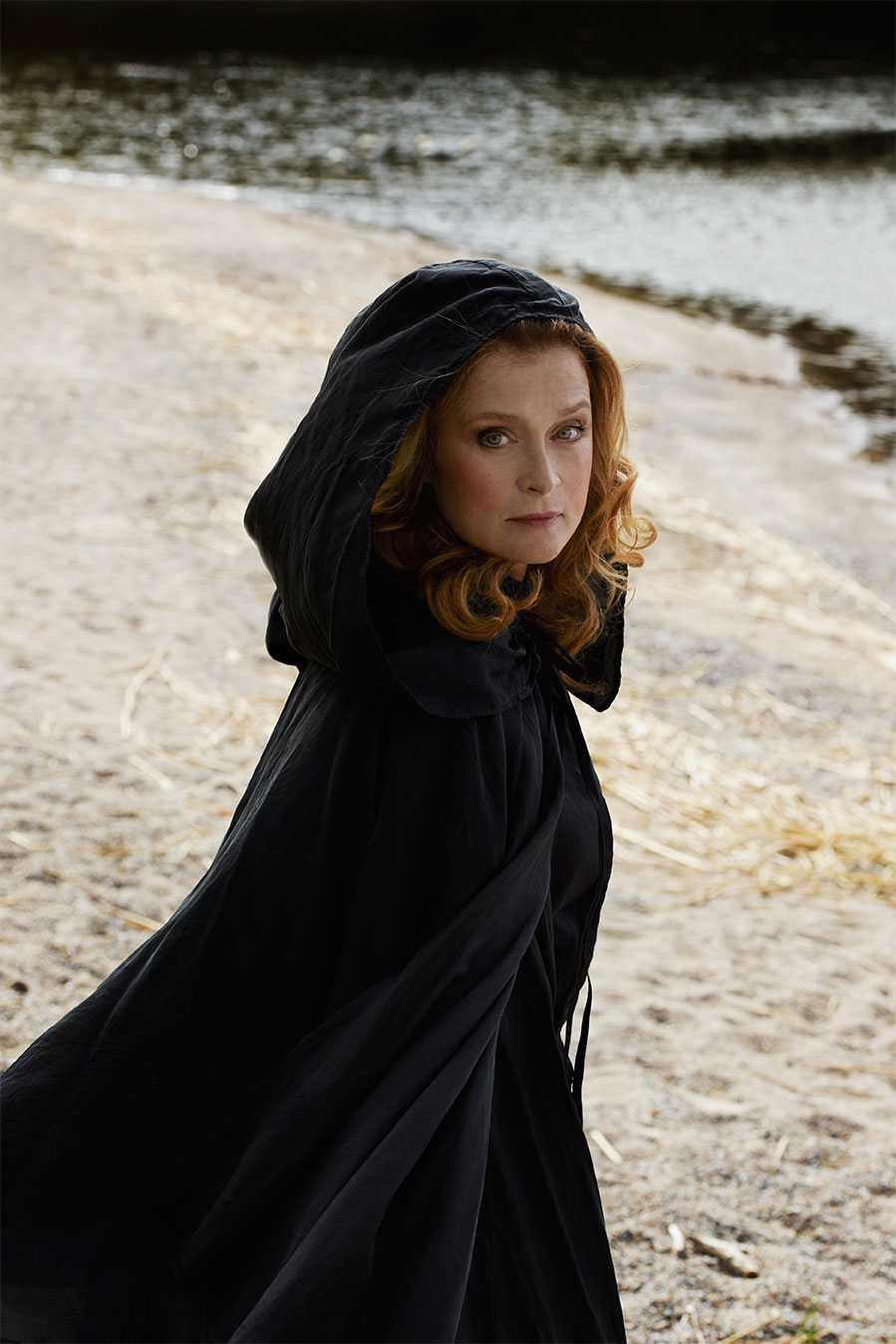 """November: Lena Endre, skådespelare. """"Längst ut på den svängda piren i den engelska kuststaden Lyme står en kvinna som visst gett sig åt en fransk löjtnant. Vetenskapsmannen Charles och den gåtfulla Sarah griper efter varandra för att slippa vara lika fastlåsta i tiden som fossilen i stenarna han samlar."""""""