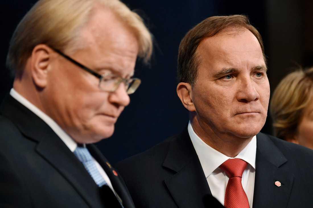 Peter Hultqvist får sitta kvar som försvarsminister.