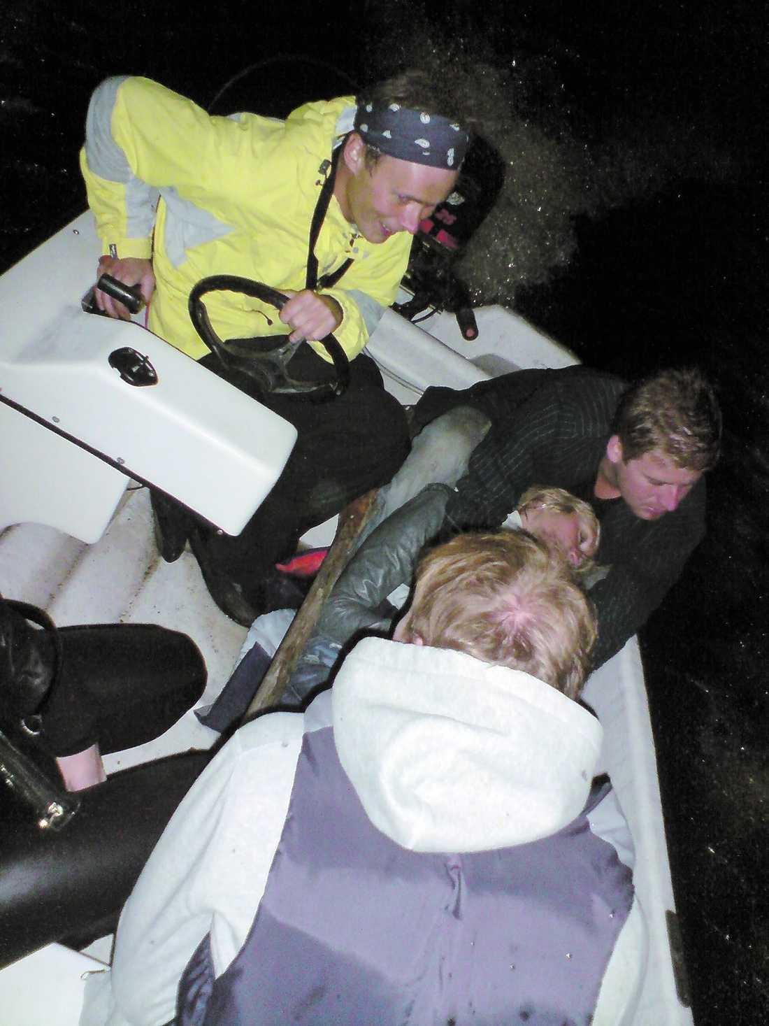 Robinson-deltagarna Christian Ternstedt och Ellenor Pierre har kommit ombord på räddningsbåten efter resan som höll på att sluta i katastrof.