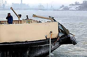 ...av den betydligt mindre bilfärjan Ehrensvärd i Helsingfors hamn.