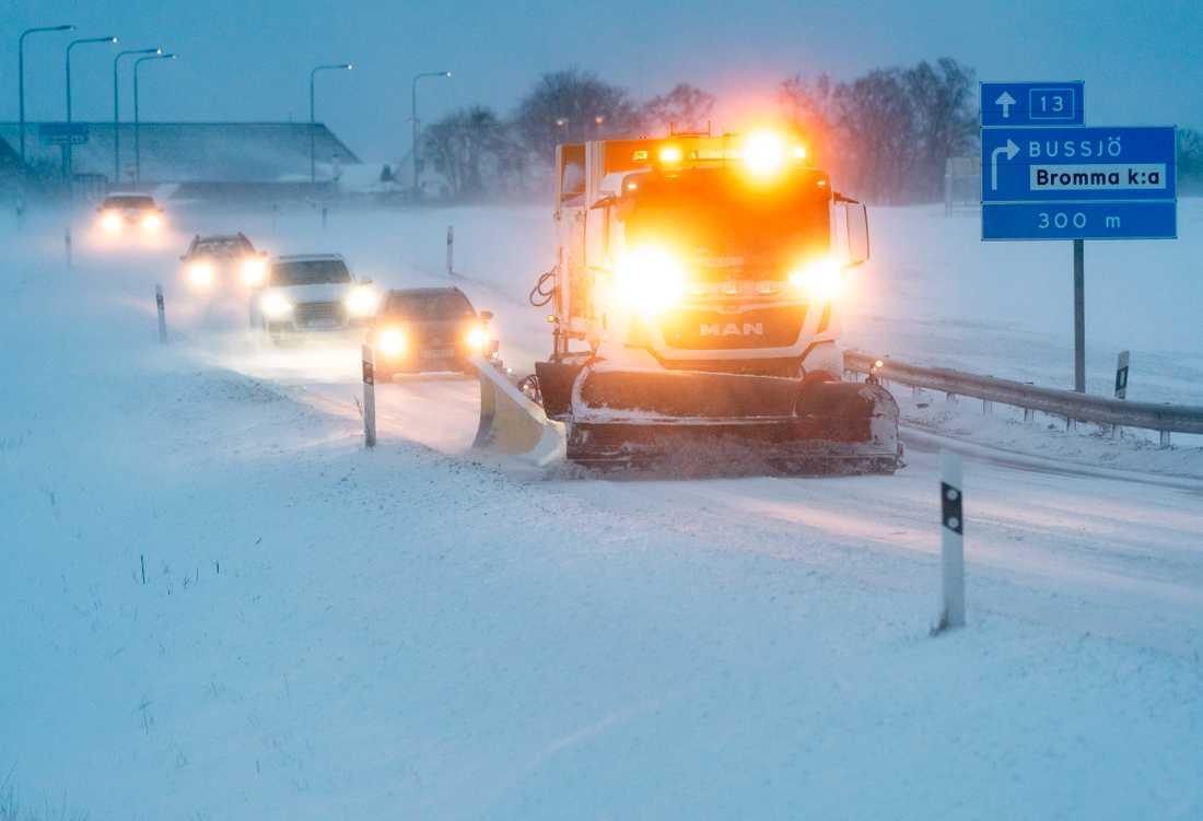En plogbil på riksväg 13 mellan Ystad och Sövestad i det kraftiga snödrevet i Skåne i söndags.Flera olyckor har rapporterats på grund av snödrev i Skåne under söndagen och måndagen.
