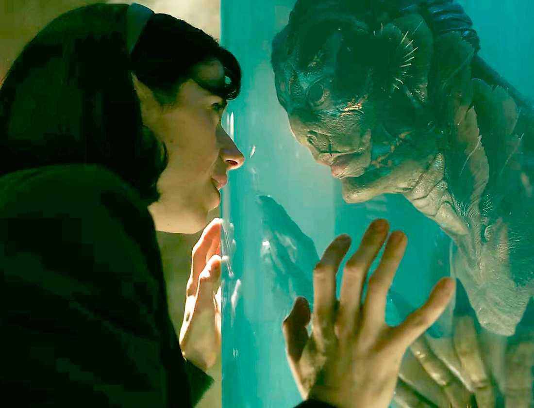 """Sally Hawkins och Doug Jones som stum städare och vattenvarelse i """"The shape of water""""."""