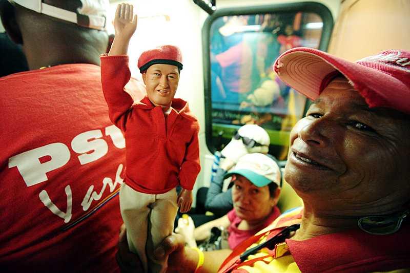 Sabrina Rojas, 58, har med sig sin Chavez-docka.