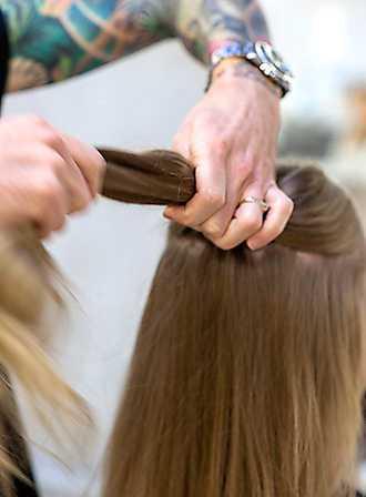 1 Borsta håret. Kamma det övre håret bakåt. Låt resten vara utsläppt.