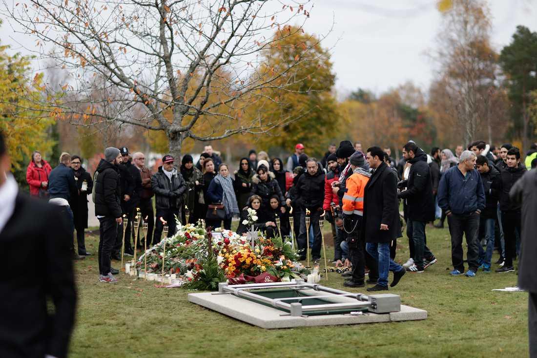 Många hade samlats för att ta farväl av eleven Ahmed Hassan som dödades i skolattacken.